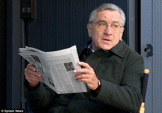Robert-DeNiro-Reading-the-Paper-2