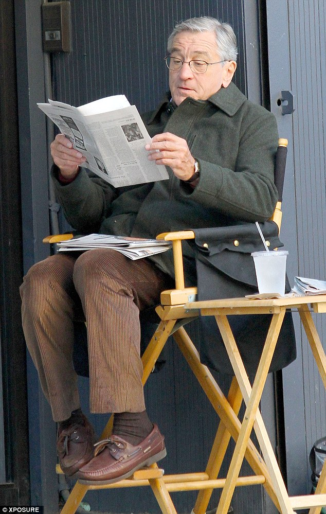Robert-DeNiro-Reading-the-Paper
