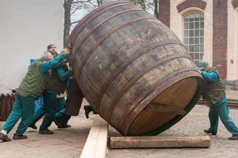 Beer-in-Barrels-Coopers-Pitching-Beer-Image-10