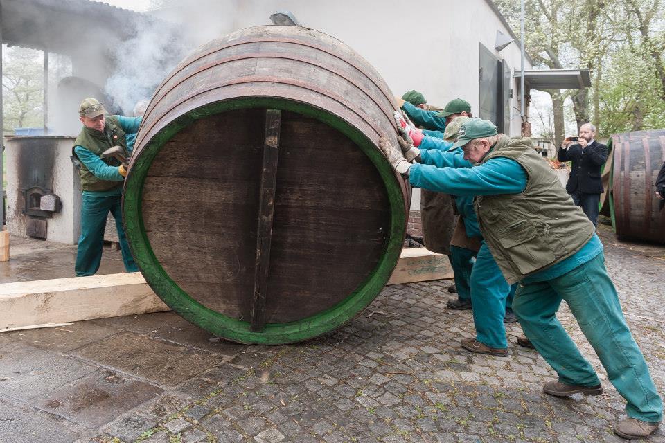 Beer-in-Barrels-Coopers-Pitching-Beer-Image-11