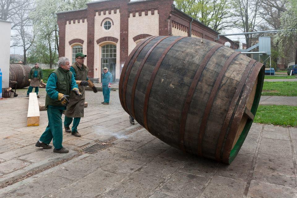 Beer-in-Barrels-Coopers-Pitching-Beer-Image-12