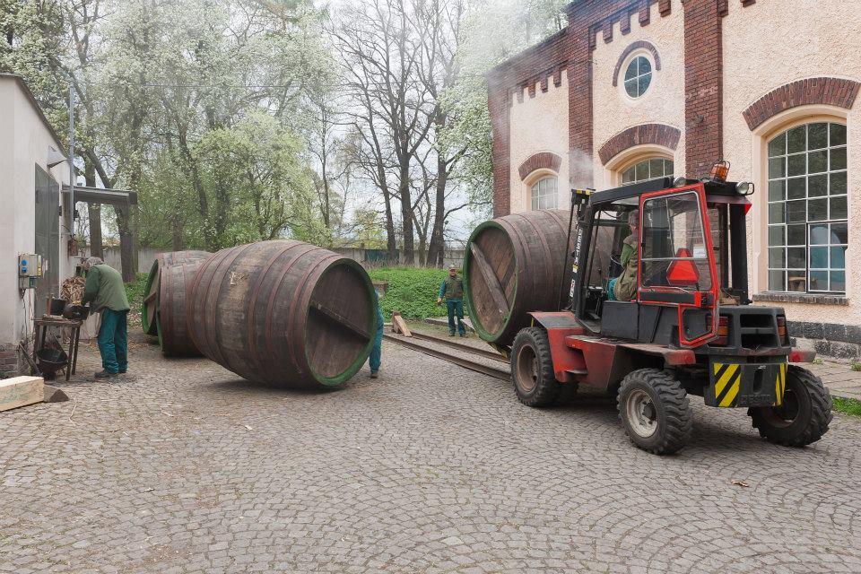 Beer-in-Barrels-Coopers-Pitching-Beer-Image-13
