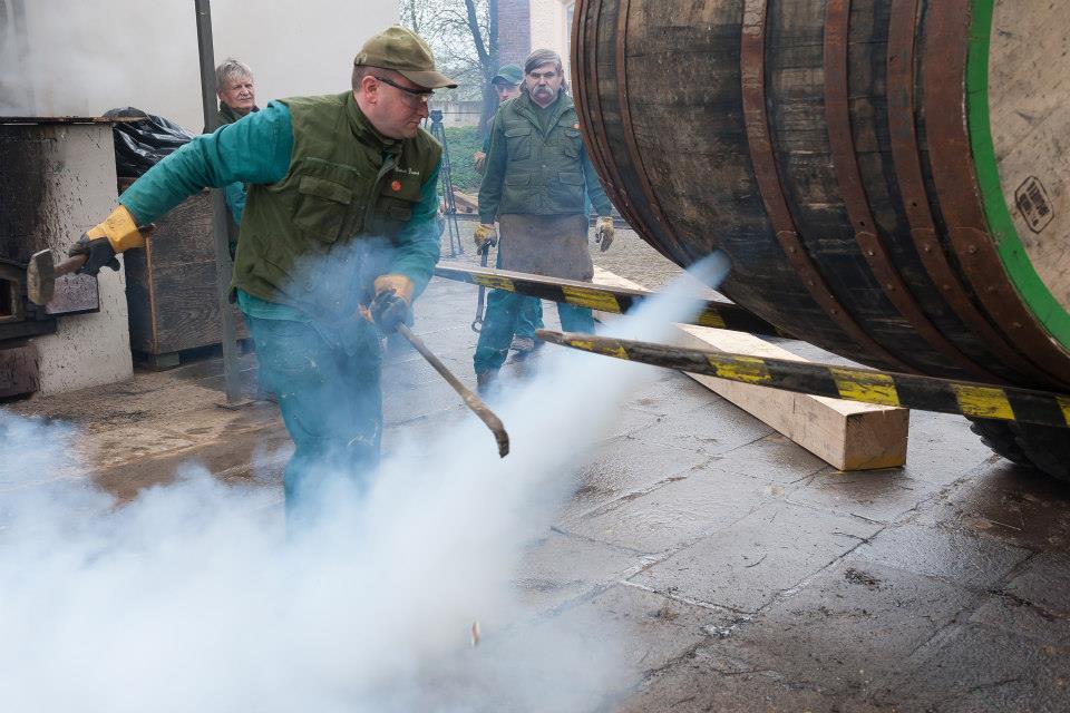 Beer-in-Barrels-Coopers-Pitching-Beer-Image-15