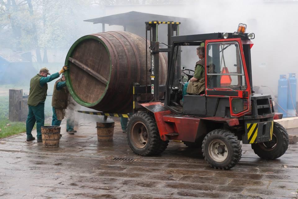 Beer-in-Barrels-Coopers-Pitching-Beer-Image-16