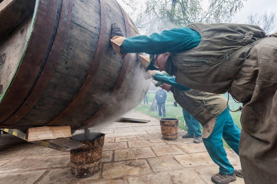 Beer-in-Barrels-Coopers-Pitching-Beer-Image-17