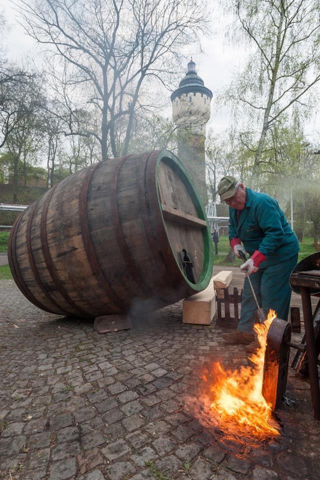 Beer-in-Barrels-Coopers-Pitching-Beer-Image-2