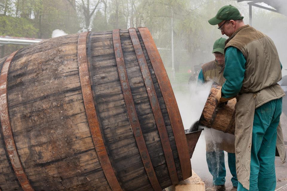 Beer-in-Barrels-Coopers-Pitching-Beer-Image-5