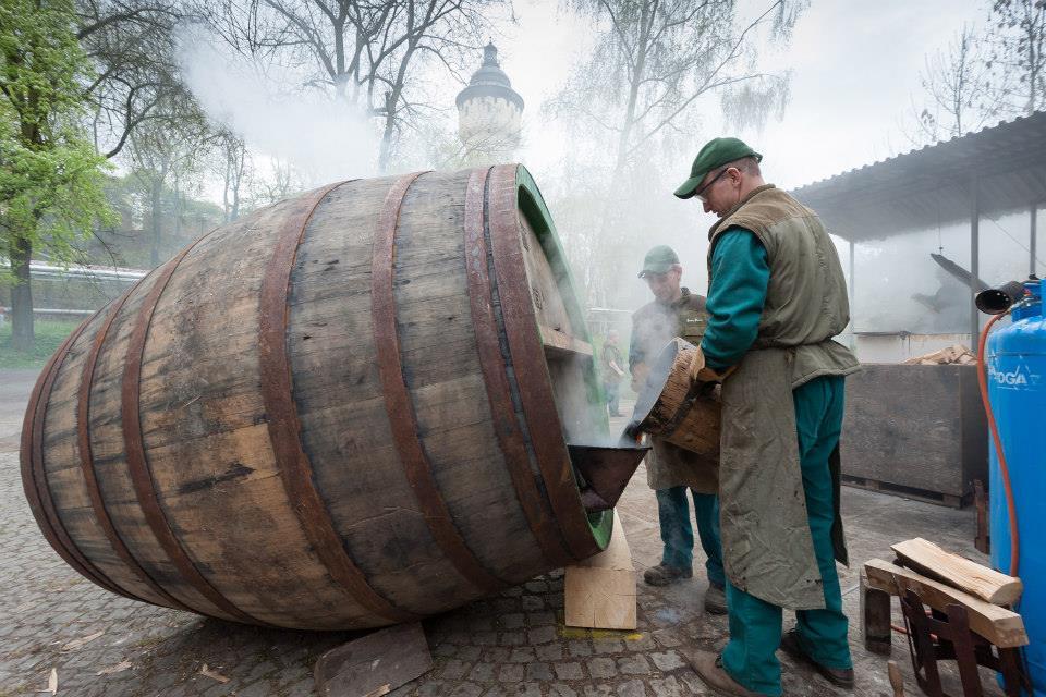 Beer-in-Barrels-Coopers-Pitching-Beer-Image-6