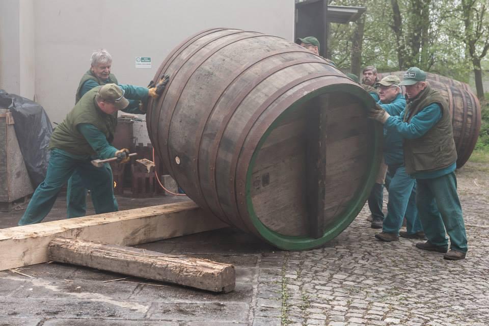 Beer-in-Barrels-Coopers-Pitching-Beer-Image-7