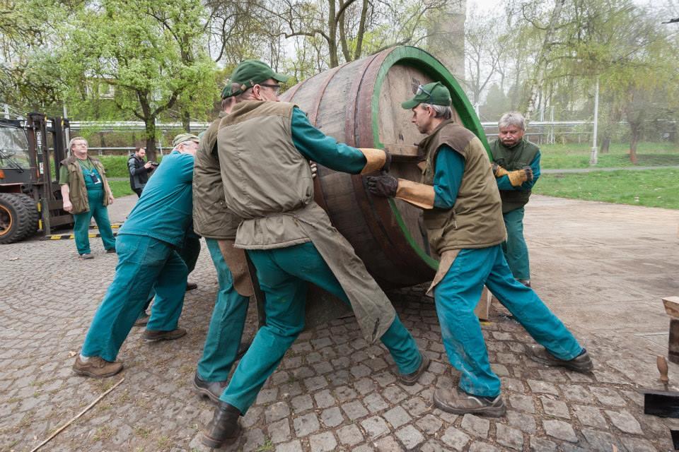 Beer-in-Barrels-Coopers-Pitching-Beer-Image-9