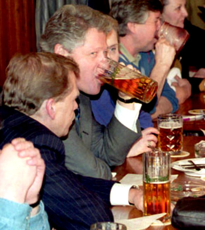 Bill-Clinton-Vaclav-Havel-Beers