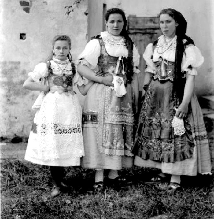 Bohemian-girls-in-ethnic-folk-dress-1892