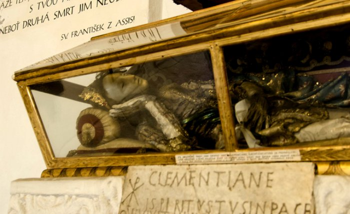 Capuchin-Crypt-Brno-Woman