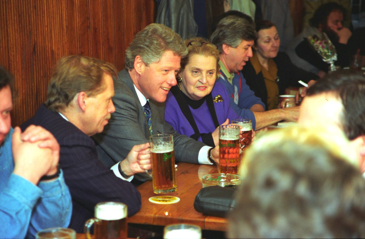Havel-and-Clinton-Czech-Pub-Drinking-Beer