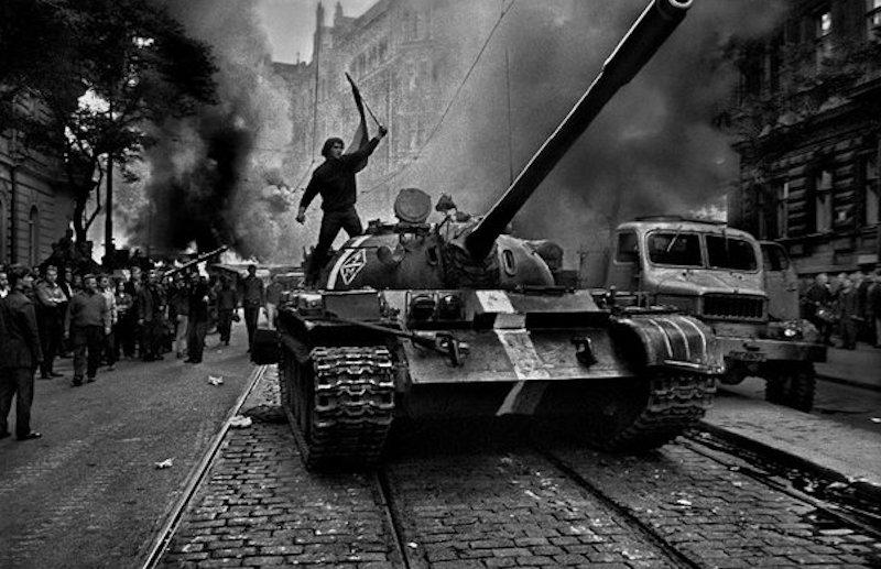 Josef-Koudelka-Invasion-Tres-Bohemes