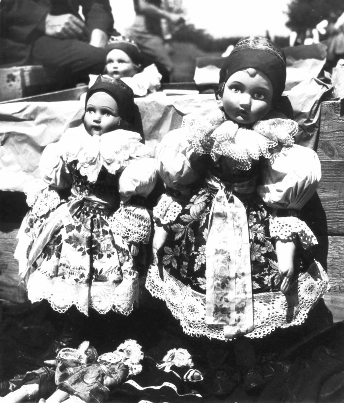Slovak-dolls-in-folk-dresses