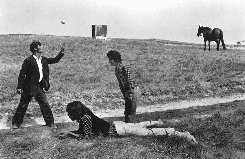 Exiles-in-Field-Josef-Koudelka-Tres-Bohemes