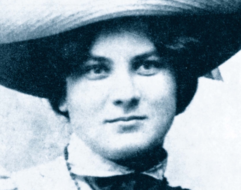 Marie-Majerová-Writing-Tres-Bohemes